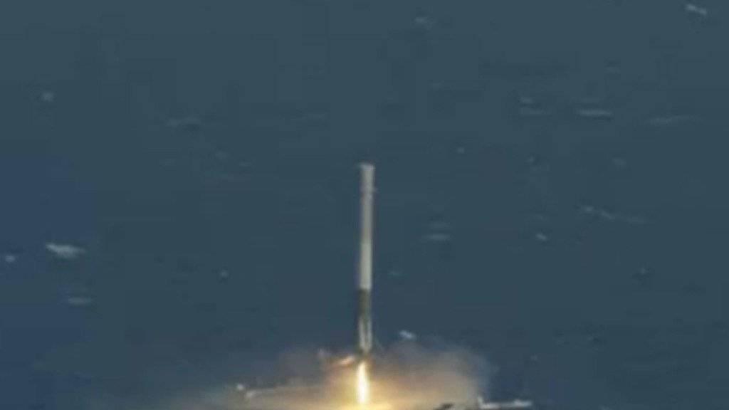 Die SpaceX-Rakete setzt auf einer Plattform im Atlantik auf. Nach mehreren gescheiterten Versuchen ist das Manöver am Freitag erstmals geglückt.