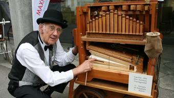 Peter Hartmann aus Untersiggenthal  und seine selbstgemachte Orgel mit ihren Nussbaum-Zauberflöten.