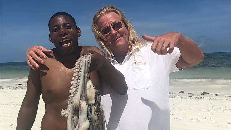 Geniesst jeden Tag auf Sansibar: Christoph «Heerus» Heer mit einem Local und frischem Oktopus aus dem Indischen Ozean.