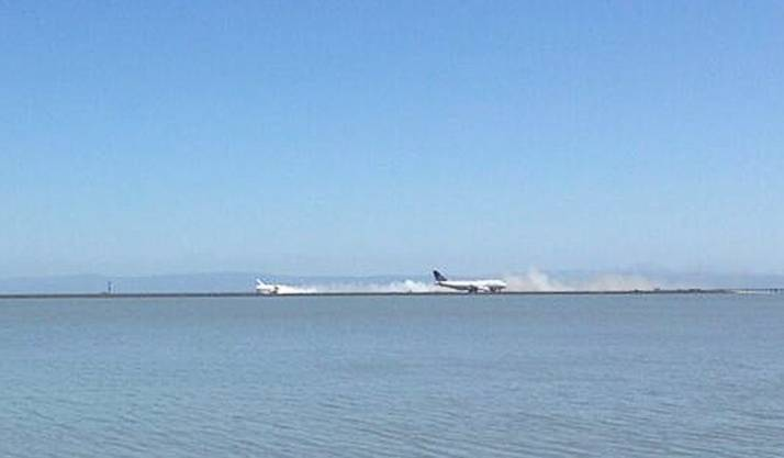 Asiana Airlines Boeing 777 (links) kracht auf den Boden auf, gleichzeitig landet eine anderes Flugzeug in San Francisco.