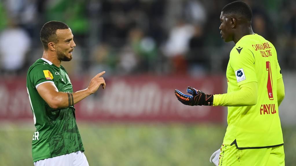 Nicolas Lüchinger beschwichtigt Sions Torhüter Timothy Fayul nach dem Spiel am Samstagabend. In dem Moment wusste er noch nicht, dass diverse Fans den Goalie rassistisch provoziert hatten.