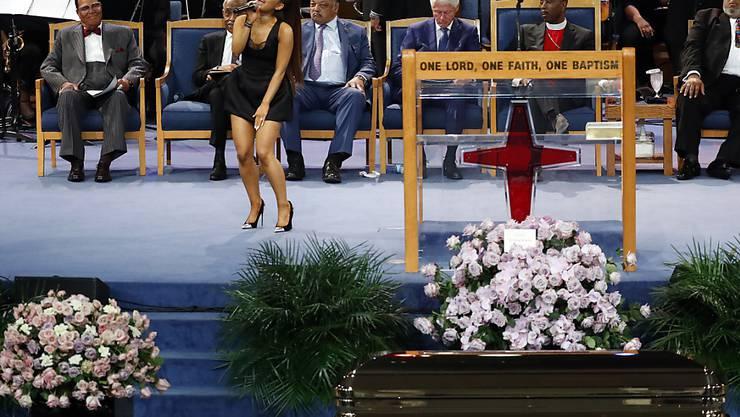 """Zahlreiche Prominente - darunter der ehemalige US-Präsident Bill Clinton (Mitte) und die Sängerin Ariana Grande (vorne) - haben der verstorbenen """"Queen of Soul"""", Aretha Franklin, die letzte Ehre erwiesen."""