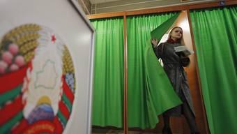 Wahlbeobachter haben bemängelt, dass es in Weissrussland mit gleichgeschalteten Staatsmedien keinen freien Wahlkampf gegeben habe.