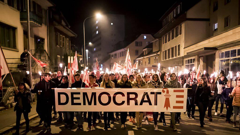November 2018 in Moutier: Separatisten protestieren gegen den Entscheid, den Urnengang von Juni 2017 zum Kantonswechsel Moutiers für ungültig zu erklären. (Archivbild)