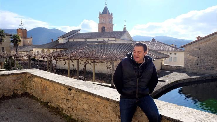 Benjamin Harnwell vor dem Kloster, das Steve Bannon zu einer Akademie umbauen will.Alvise Armellini/DPA/keystone