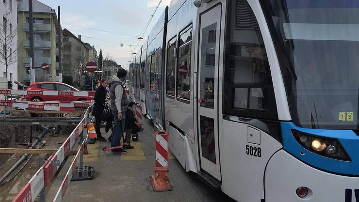 Die Gemeinde soll die Sicherheit entlang der Baslerstrassen-Baustelle in die eigene Hand nehmen, fordert die Allschwiler SVP. Der Kanton als Bauherr zeige zuwenig Engagement.