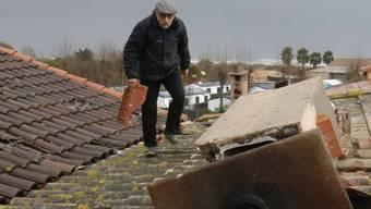 Ein Mann repariert nach dem Unwetter in Serignan sein Dach