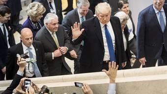 Freude bei Politikern, Wirtschaftsleuten und Journalisten: US-Präsident Donald Trump bei seiner Ankunft im Davoser Kongresszentrum. (Archivbild)