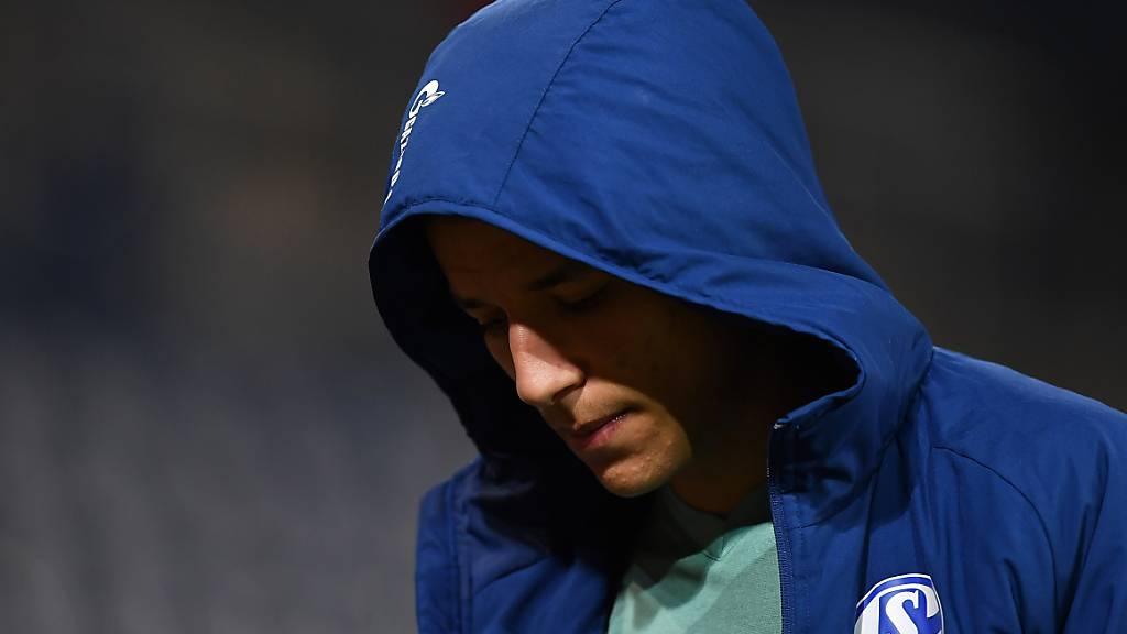 Im Dunkeln: Nach einem positiven Schnelltest bei einem ungenannten Spieler von Schalke 04 ist aktuell offen, ob die Bundesliga-Nachholpartie am Mittwoch gegen Hertha Berlin stattfinden kann