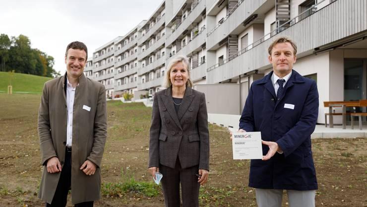 Von links: Andreas Meier, Verein Minergie, Brigit Wyss und Dominik Arioli, Axa, bei der Übergabe des Minergie-Labels.