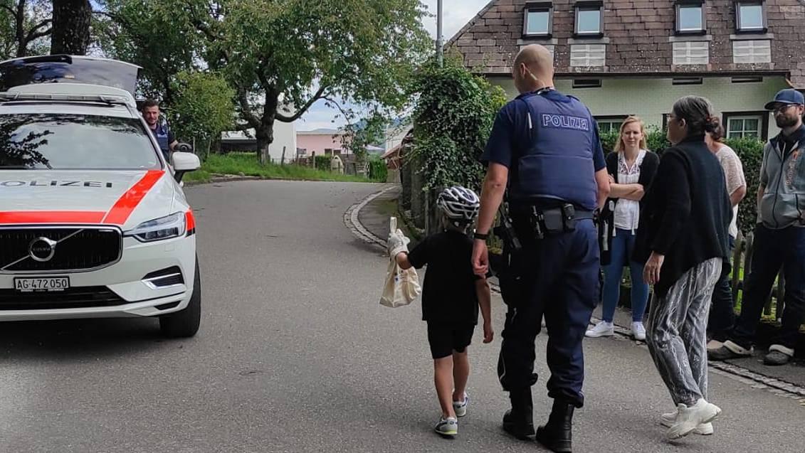 Kind darf Sack mit Schlange zum Polizeiauto tragen in Kölliken