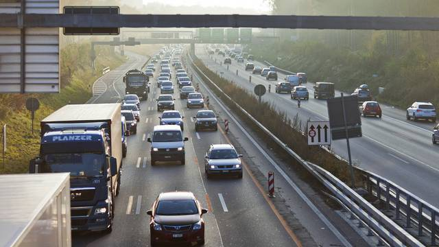 Dichter Verkehr auf der Autobahn A1 bei Bern (Symbolbild)