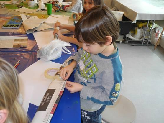 Filip hatte beim Umwickeln mit Klebeband die Hilfe der Redaktorin.