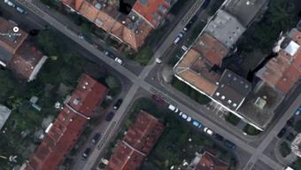 Das Auto erfasste den Velofahrer auf der Kreuzung Sierenzerstrasse/Rufacherstrasse.