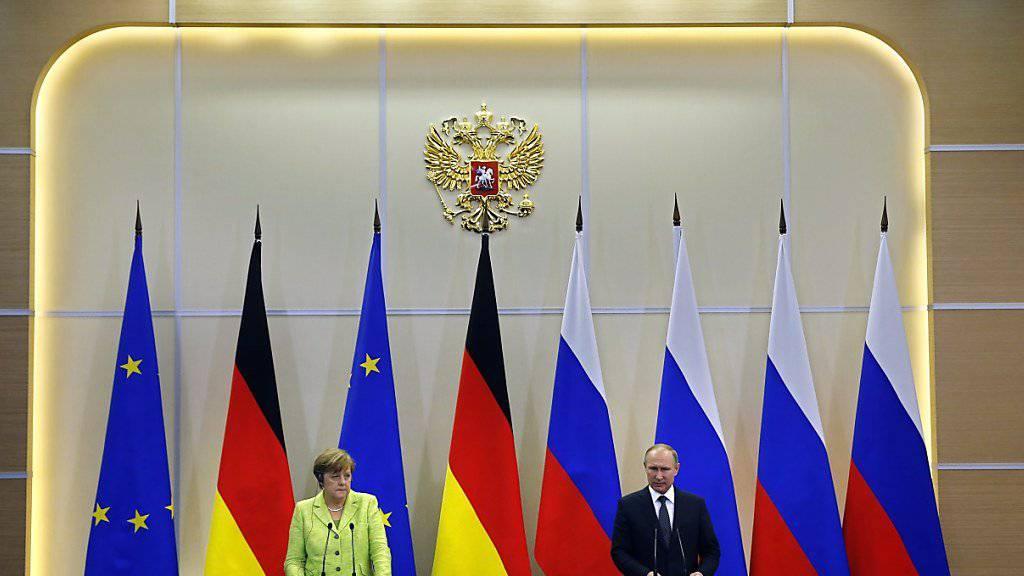 """Merkel spricht von einem """"mühseligen"""" Friedensprozess in der Ukraine, Putin sieht die Verantwortung dafür bei der Regierung in Kiew. Russland und Deutschland wollen jedoch am eingeschlagenen Kurs festhalten."""