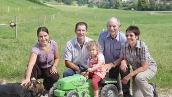 Einblicke in ihren bäuerlichen Alltag: Yvonne und Reto Pfister mit Zoé (auf dem Traktor) sowie mit Retos Eltern Werner und Rosmarie Pfister.