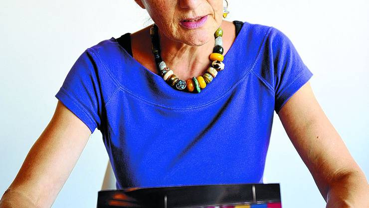 Geschichten-DJ: In der Lifetime-Bar im Stapferhaus Lenzburg kümmert sich Doris Graber als Storykeeperin um die Ausstellungsbesucher. (Oliver Menge)