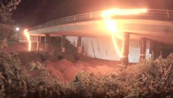 Erst flackerts, dann explodierts: die Sprengung der Merafield Bridge bei Plymouth.