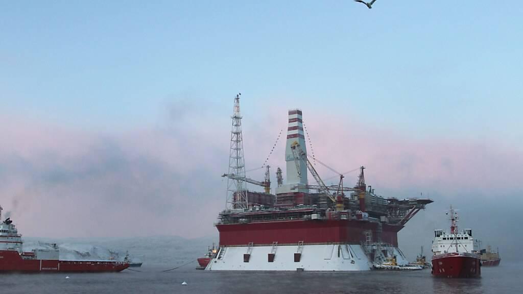Erstmals hat das BFS Zahlen zu in der Schweiz tätigen Rohstoffhändlern zusammengetragen. Am meisten der hiesigen Rohstoffhändler sind im Brennstoffhandel tätig. Im Bild die russische Prirazlomnaya-Ölplattform von Gazprom. (Symbolbild)