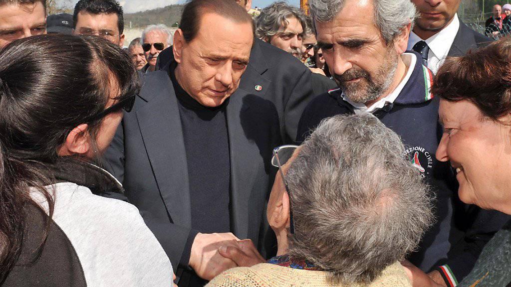 Der 82-jährige Silvio Berlusconi (Bildmitte) ist am Dienstag mit akuten Nierenkolik in die Mailänder San Raffaele-Klinik eingeliefert worden. Der viermalige Premier will bereits am Dienstagnachmittag an einer Wahlveranstaltung der Forza Italia in Arcore bei Mailand teilnehmen .