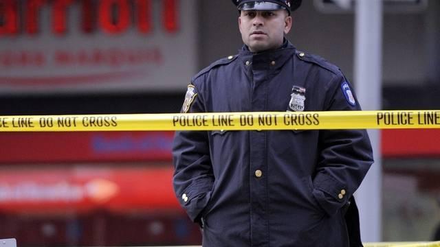 Ein Polizist bewacht in New York einen Tatort (Archiv)