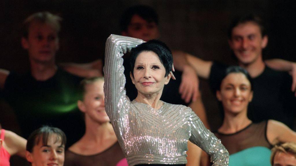ARCHIV - Zizi Jeanmaire, französische Tänzerin, im Oktober 1994 während der Generalprobe von «Gainsbourg». Foto: Boris Horvat/AFP/dpa