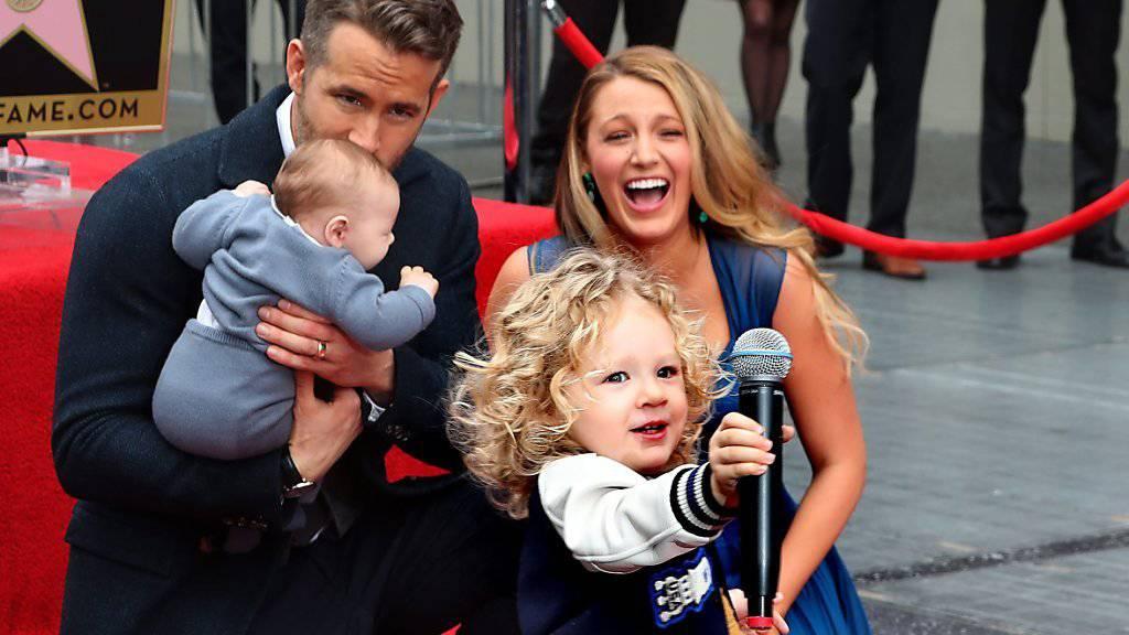 Bei der Sternen-Einweihung auf dem Walk of Fame zieht Ryan Reynolds Tochter eine kleine Show ab.
