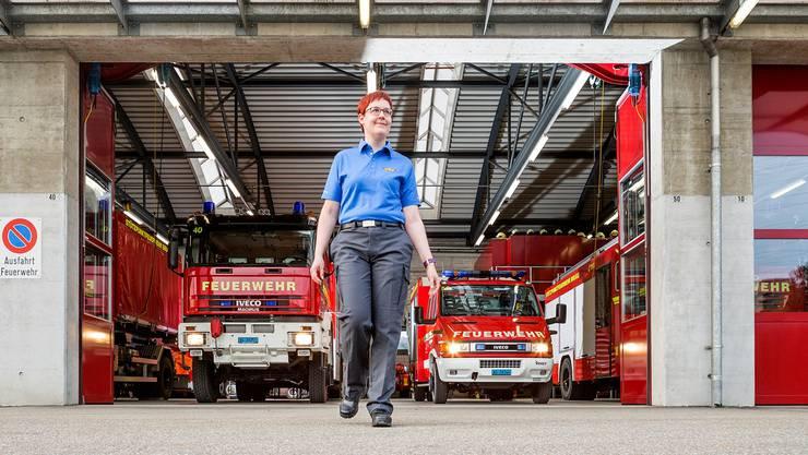 «Zwei Denkweisen sind immer besser als eine»: Petra Prévôt in der frisch gefassten Instruktoren-Kleidung vor dem Magazin der Feuerwehr Brugg.
