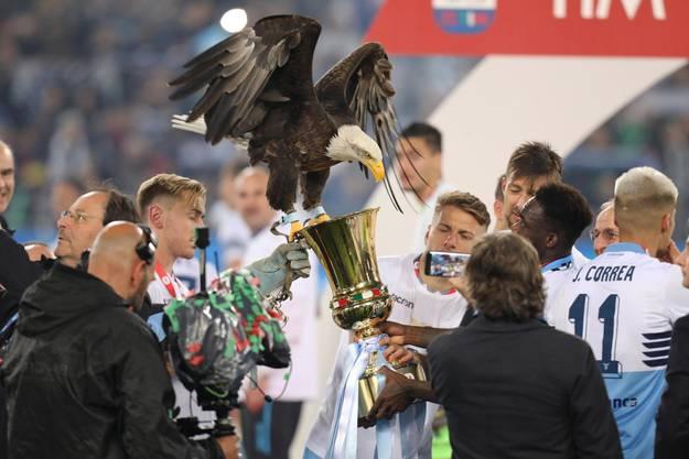 Der Seeadler von Lazio krallte sich den Pokal.