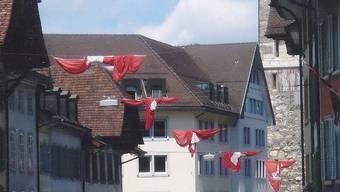 Fahnen in Aarau präsentieren sich meistens verwickelt und verwaschen.