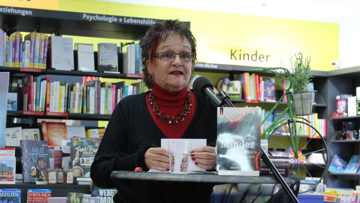 Iris Minder, hier an einer Lesung, bringt ein neues Stück auf die Bühne.