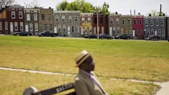 Ein Mann wartet in Baltimore an einer Bushaltestelle