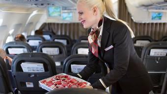 Das Markenzeichen der Swiss: Kein Flug ohne extra für die Schweizer Fluggesellschaft produzierte Schöggeli. Doch Etihad Regional hat reagiert: Etihad-Passagiere erhalten Mini-Toblerone. Gaetan Bally/Keystone