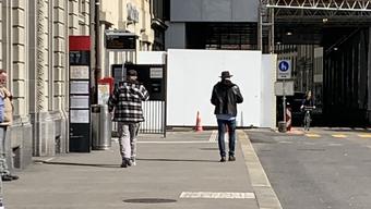 In diesem Teil seiner Coronakolumne «Wer zuletzt lacht...» spekuliert Martin von Aesch, warum der Bundesrat mit dunklem Hut, schwarzer Lederjacke und Jeans durch Bern Tigert. (Rechts im Bild)