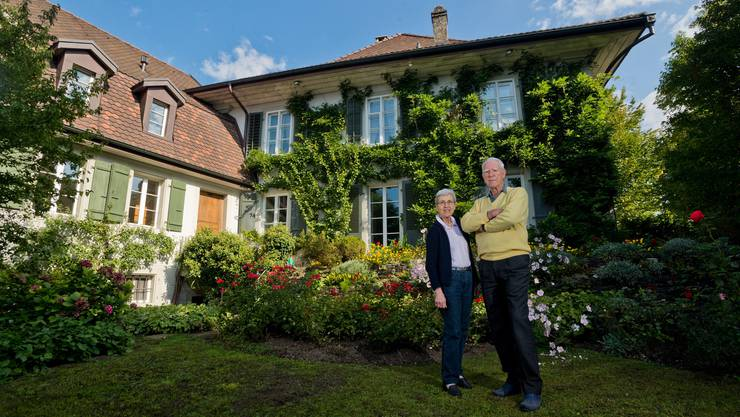 Susi und Pierre Barrelet im schönen Garten vor ihrem Bernerhaus in Aarburg.
