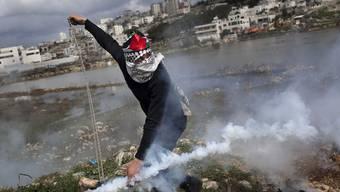 Ein Palästinenser liefert sich eine Auseinandersetzung mit israelischen Soldaten (Symbolbild)