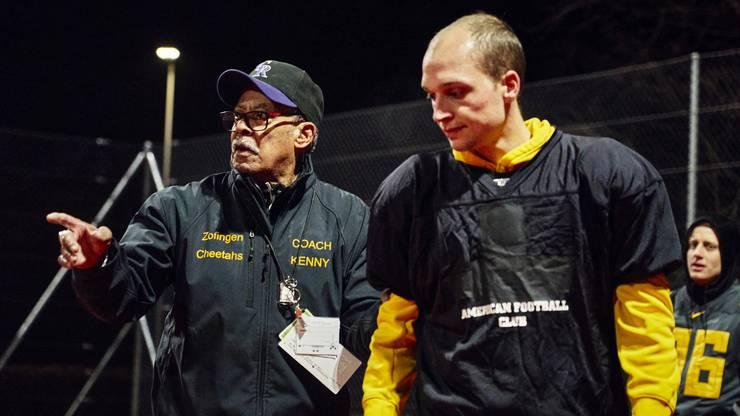 Coach Kenny Austin gibt die Anweisungen.