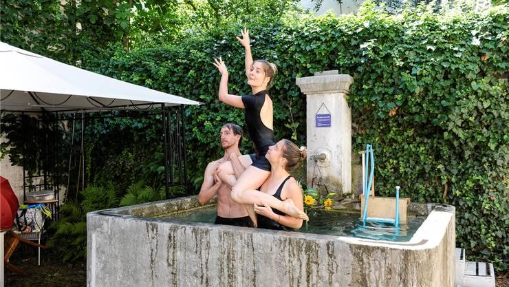 Das Brunnenballet beider Basel stimmte die Gäste aufs Baden ein.