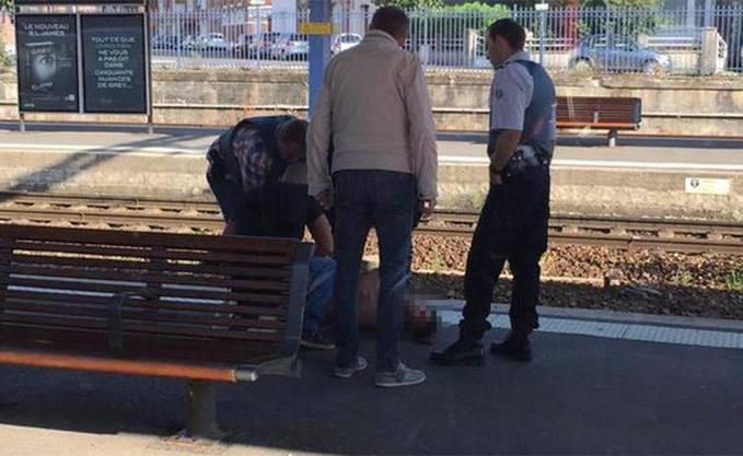 Die Polizei nimmt den Täter fest.