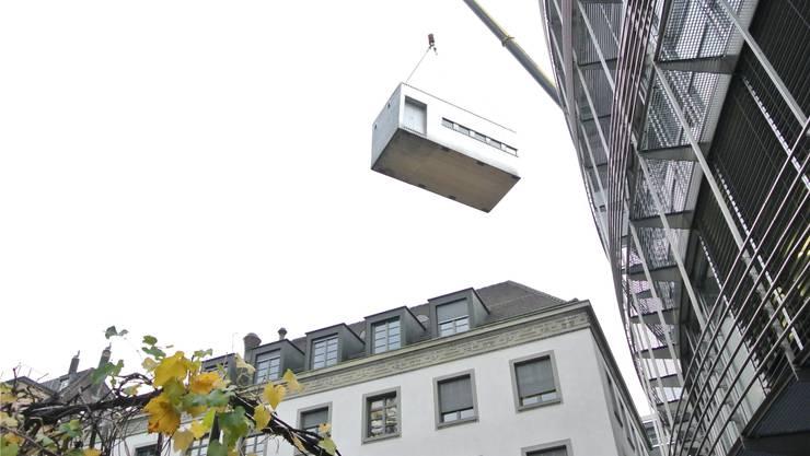 Das zweite der beiden Elemente der Sushibox wird über die Dächer gehievt.