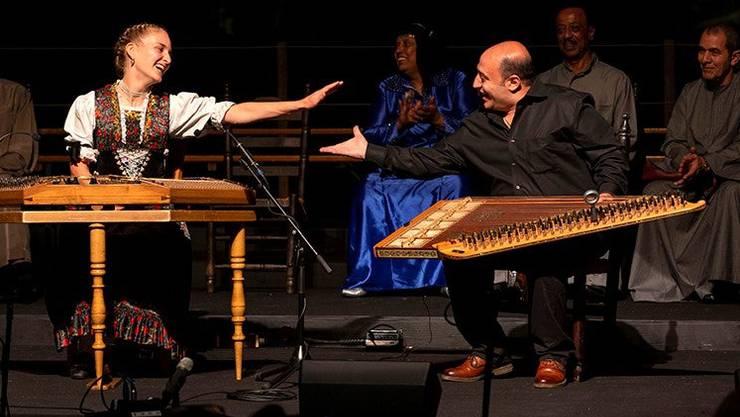 Ähnliche Instrumente, verschiedene Kulturen: Die Appenzellerin Rebecca Graf (Hackbrett) und der Ägypter Ragby Kamal (Qanoun) bei ihrem gemeinsamen Auftritt.