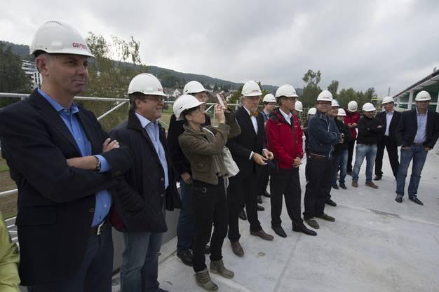 Martin Künzler (l), Geschäftsführer Publicare AG, und Bauherr Benno Zehnder (2.v.l.), Architekten, Bauherren, Entwickler und Behörden auf dem Dach des Geschäftshauses.