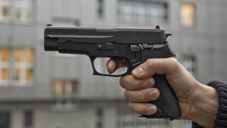 Wie sich später herausstellte, handelte es sich bei der Waffe um eine Attrape. (Symbolbild)