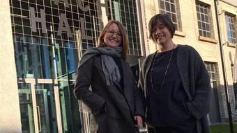Die beiden Macherinnen der Designmesse «in&out» vor der Aeschbachhalle: Brigitte Hürzeler (l.) und Maja Baumann.