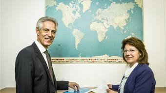 Beat Lüscher und Elisabeth Steiner haben viele Jahre zusammen gearbeitet. Die Weltkarte an der Wand sorgte dafür, dass es nie zu eng wurde im Büro.
