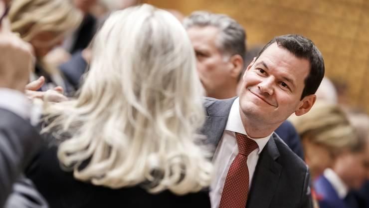 Der Genfer Staatsrat Pierre Maudet behält die Unterstützung seiner Partei. Zuvor ist eine teils emotionale Debatte innerhalb der Partei geführt worden.