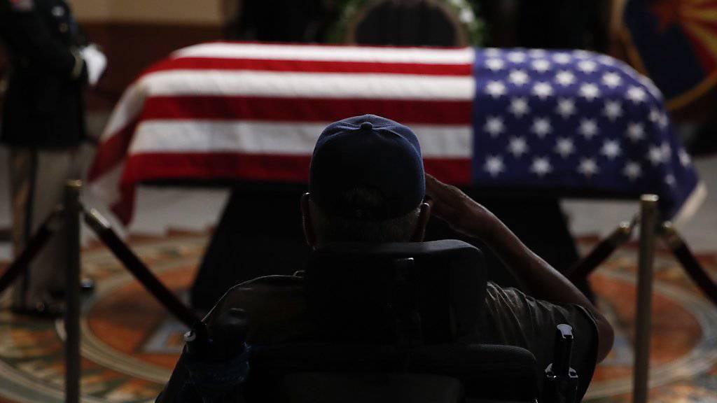 Ein früherer Soldat salutiert vor dem Sarg des verstorbenen US-Senators und Kriegsveteranen John McCain im Parlamentsgebäude von Arizona.
