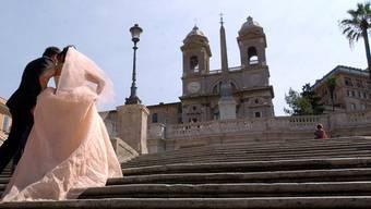 Hochzeitspaar auf der Spanischen Treppe in Rom (Archiv)