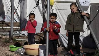 Flüchtlingskinder in einem Flüchtlingslager in Griechenland. Der Kanton Aargau spendet 25'000 Franken nach Serbien. (Symbolbild)