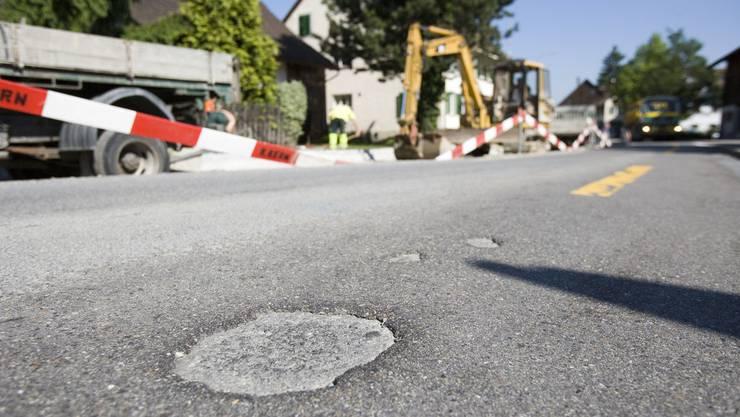Weil der Strassenbelag erneuert werden muss, wird die Challstrasse für fünf Tage für jeglichen Verkehr gesperrt. (Symbolbild)